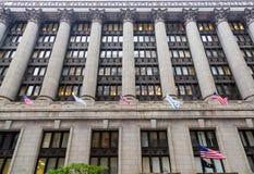 Amerikaanse Vlaggen en Kolommen bij de Bouw van Chicago Royalty-vrije Stock Fotografie