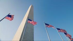 Amerikaanse vlaggen en Washington Monument stock footage