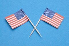 Amerikaanse Vlaggen op Blauw Stock Afbeeldingen
