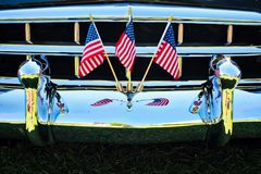Amerikaanse Vlaggen op Chrome-Auto Front Grill stock afbeelding