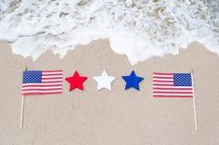 Amerikaanse vlaggen op het zandige strand Stock Foto's