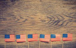 Amerikaanse vlaggen op hout Stock Foto