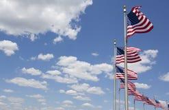 Amerikaanse vlaggen tegen blauwe hemel Stock Foto