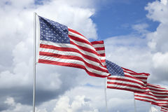 Amerikaanse vlaggen van een gedenkteken voor veteranen die in de wind vliegen Royalty-vrije Stock Fotografie