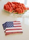 Amerikaanse vlagservetten en watermeloen Stock Foto's