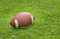Amerikaanse Voetbal op het gebied royalty-vrije stock afbeeldingen