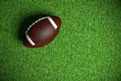 Amerikaanse Voetbal op het gras royalty-vrije stock afbeeldingen