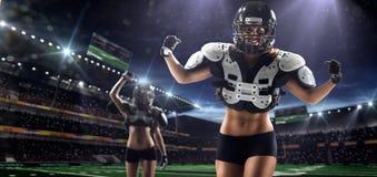 Amerikaanse voetbal vrouwelijke spelers in actie royalty-vrije stock foto