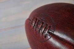 Amerikaanse voetbalbal en oude glorievlag royalty-vrije stock afbeelding