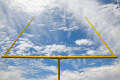 Amerikaanse voetbaldoelpalen - blauwe hemel & wolken Royalty-vrije Stock Foto's