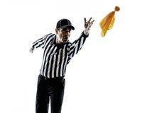 Amerikaanse voetbalscheidsrechter die geel vlagsilhouet werpen royalty-vrije stock foto