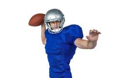 Amerikaanse voetbalster die bal werpen royalty-vrije stock foto
