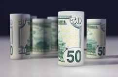 Amerikan 50 dollar dollarsedel som är hoprullad på svarten Arkivfoto