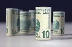 Amerikan 10 dollar dollarsedel som är hoprullad på svarten Royaltyfri Bild