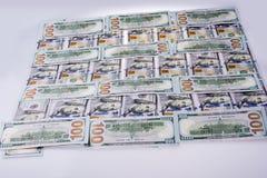 Amerikan 100 dollarsedlar som förläggas på vit bakgrund Arkivfoto