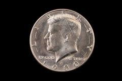 Amerikan femtio cent stycke på svart Arkivfoton