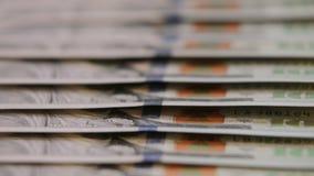 Amerikan hundra dollarräkningar stäng sig upp dockan som skjutas av amerikanska räkningar för pappers- pengar kontant pengarbakgr lager videofilmer