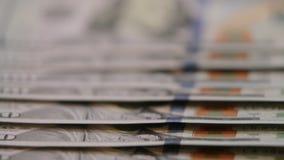 Amerikan hundra dollarräkningar stäng sig upp dockan som skjutas av amerikanska räkningar för pappers- pengar kontant pengarbakgr stock video
