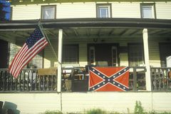 Amerikan- och förbundsmedlemflaggor Hung On House, Catskills, New York royaltyfri foto