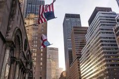 Amerikan och kristen flagga, med skyskrapor i bakgrunden New York arkivfoton