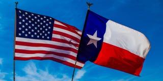Amerikan och Texas Flag Arkivbilder