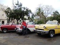 AMERIKANARE FÖR TAXICHAUFFÖR OCH TAPPNING, HAVANNACIGARR, KUBA Royaltyfria Bilder