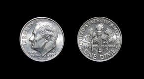 Amerikaner eine Groschenmünze 10 Cents lokalisiert auf schwarzem Hintergrund Lizenzfreie Stockbilder