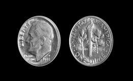 Amerikaner eine Groschenmünze 10 Cents lokalisiert auf schwarzem Hintergrund Stockbild