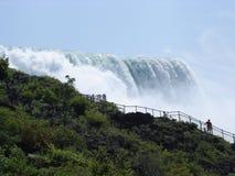 Amerikaner fällt bei Niagara Falls Stockfoto