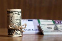 Amerikaner fünfzig Dollarscheine oben gerollt Lizenzfreie Stockbilder