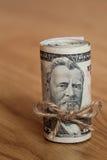 Amerikaner fünfzig Dollarscheine oben gerollt Stockbilder