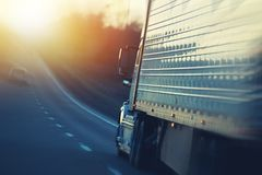 Amerikaner-halb LKW auf Landstraße lizenzfreie stockfotos
