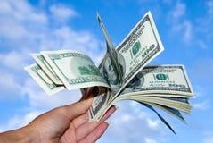 Amerikaner hundert Dollar Bündel in der Hand Lizenzfreie Stockfotos
