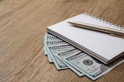 Amerikaner hundert Dollar und Stift und leere Anmerkung Stockbilder