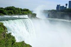 Amerikaner Niagara Falls und der Niagara Fluss Stockbilder