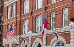 Amerikaner- und Georgia-Flaggen auf altem Backsteinbau Stockfotografie