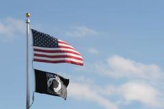 Amerikaner und Kriegsgefangen mia Markierungsfahnen Stockbild
