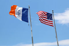 Amerikaner- und New- York Cityflaggen in New York Lizenzfreie Stockbilder