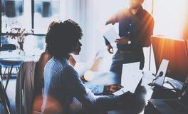 Amerikanische Afrikanerin, die Papierhände hält und mit Partnern spricht Junges Team von den Mitarbeitern, die großes Geschäft ma Lizenzfreie Stockfotografie