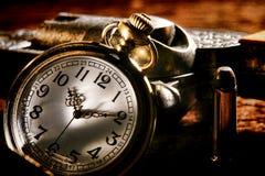 Amerikanische antike Taschen-Westuhr und Geächtet-Gewehr Stockfoto
