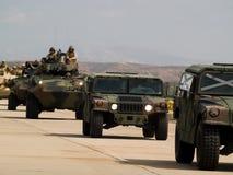 AMERIKANISCHE Armee bewegt sich vorwärts stockbild