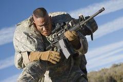 AMERIKANISCHE Armee-Soldat Carrying Wounded Colleague Lizenzfreie Stockfotos