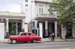 Amerikanische Autos auf Havana-Straße Lizenzfreie Stockfotografie