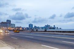 Amerikanische Autos auf Havana-Straße Stockfotos
