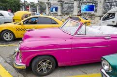 Amerikanische Autos auf Havana-Straße Lizenzfreie Stockfotos