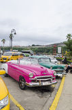 Amerikanische Autos auf Havana-Straße Stockfoto