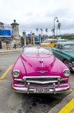Amerikanische Autos auf Havana-Straße Stockbilder