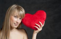 Amerikanische blonde behaarte Frau mit einem Herz-förmigen Stockbild
