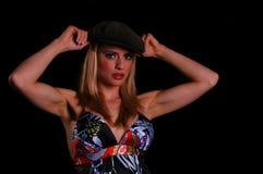 Amerikanische Blondine, die ihr AR zeigt Lizenzfreies Stockfoto