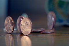 Amerikanische Centmünzen auf Holztisch Stockfoto